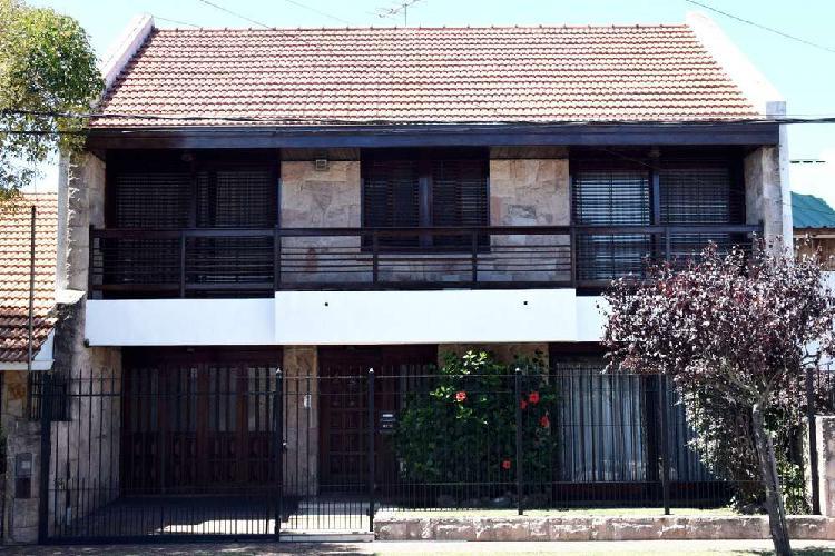 Chalet 4 ambientes barrio san jose con cochera