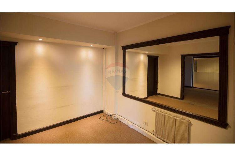 Semi piso de oficina con cochera al frente, zona plaza mitre