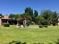 Hermosa casa 4 ambientes con gran parque en campos de roca -