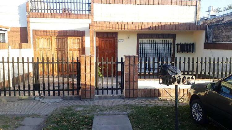 Casilda 6800, barrio belgrano, casa a la venta con jardin.