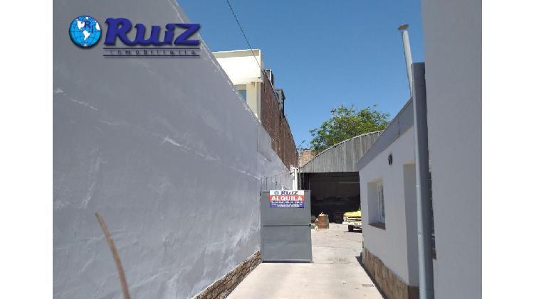 Ruiz inmobiliaria alquila casa con galpon sobre bandera de