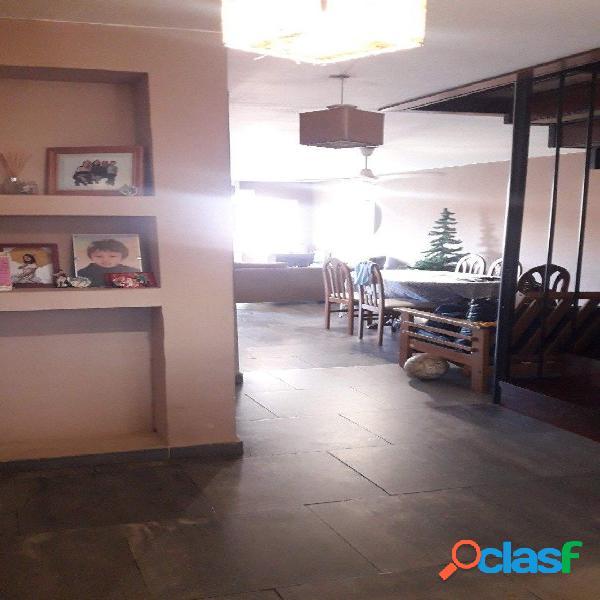 Venta casa de estilo moderno en Los Pinares de 3 ambientes y escritorio 1