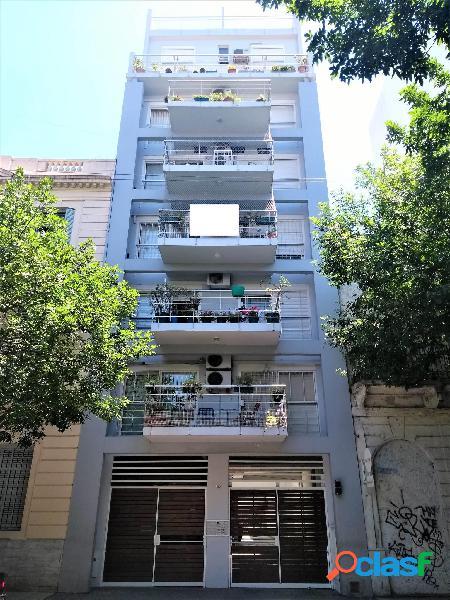 Departamento 2 ambientes con balcón, cochera, baulera y amoblado