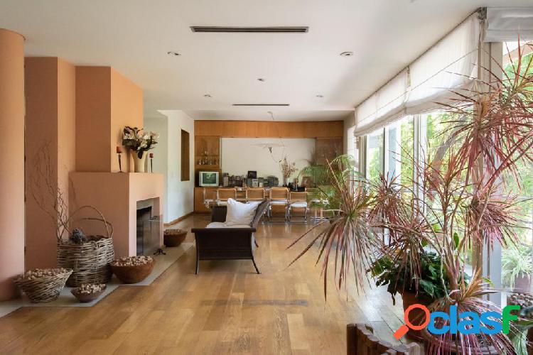 Casa en 3 plantas, sobre lote de 14 x 30. jardin, piscina y cocheras. zona parque lezama.