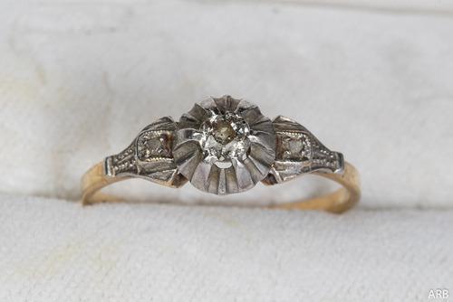 Antiguo anillo c/ brillante central oro