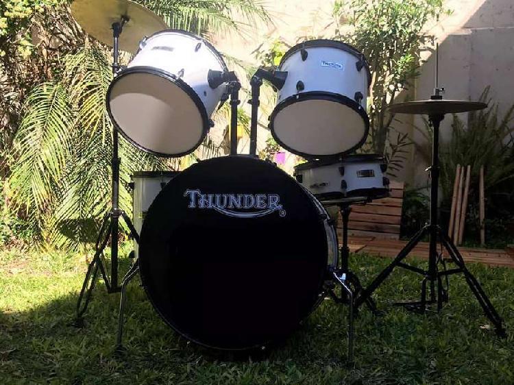 Bateria thunder nueva a estrenar. con 5 cuerpos + fierros +