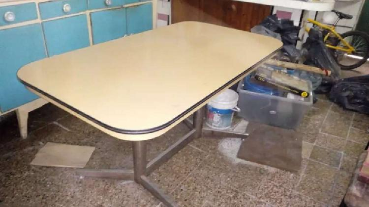 Líquido mesa y 4 sillas