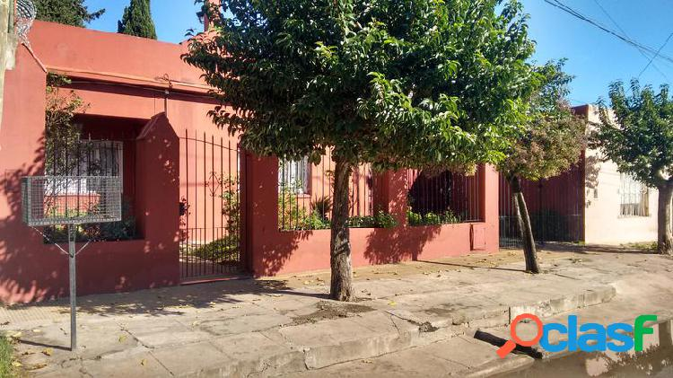 Casa de 3 dormitorios garage y amplio parque - adrogue