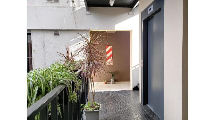 Inmobiliaria zenoff alquila amplio departamento en edificio