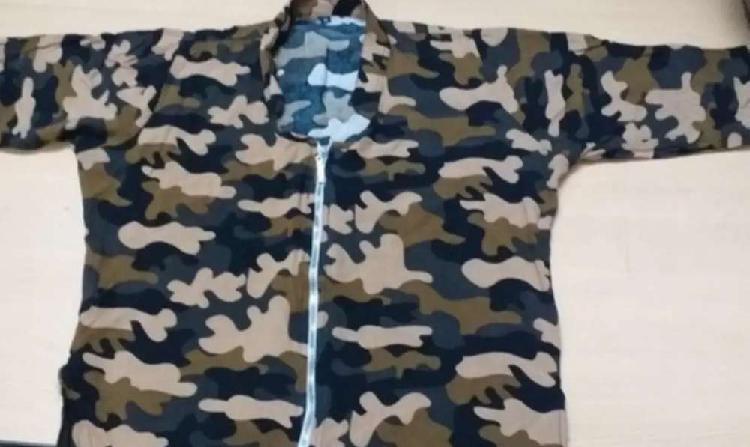 Remera con cola, tipo vestido militar