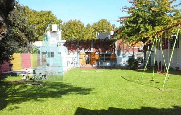 Casa 5 ambientes sobre lote de 1050 m² con mucho parque,