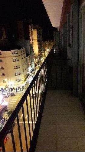 Monoambiente a la calle con balcón saliente