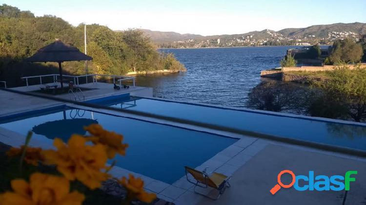 Casa de diseño con exclusiva vista al lago y rodeada de exuberante vegetación