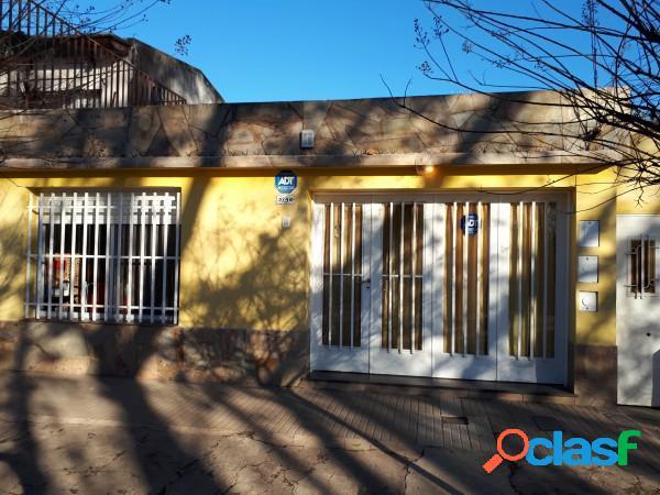 Oportunidad!!!. venta casa 3 dormitorios, cochera.(excelente estado). felipe more 3700, rosario. apta crédito.