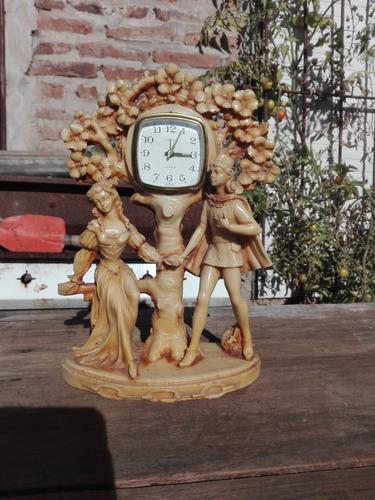 Antiguo reloj a cuerda con figura