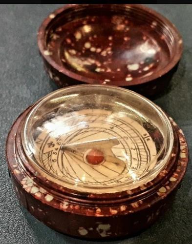 Pequeña antigua brujula reloj de sol caja de baquelita