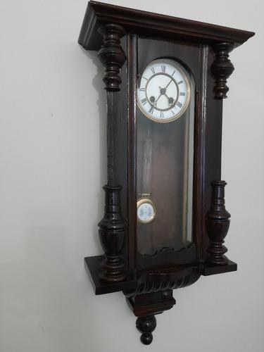 Reloj antiguo de pared a péndulo con caja de madera