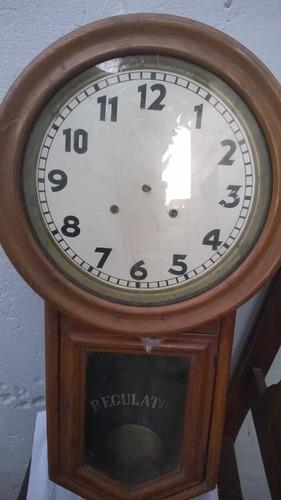 Reloj de pared antiguo mecánico de madera para restaurar