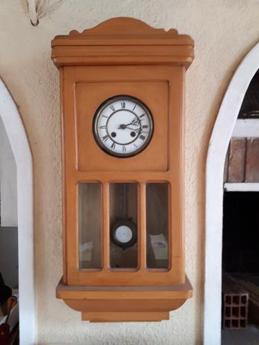 Reloj de pared antiguo vintaje. pendulo. a cuerda. restaurar