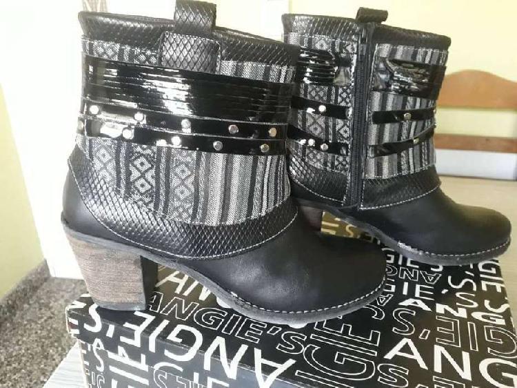 Botas negras de cuero con apliques