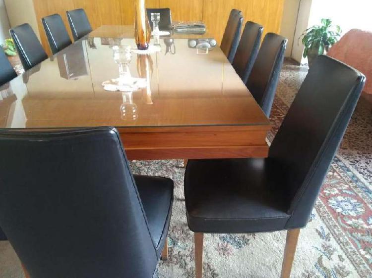 Mesa grande con vidrio grueso y 12 sillas tapizadas en cuero