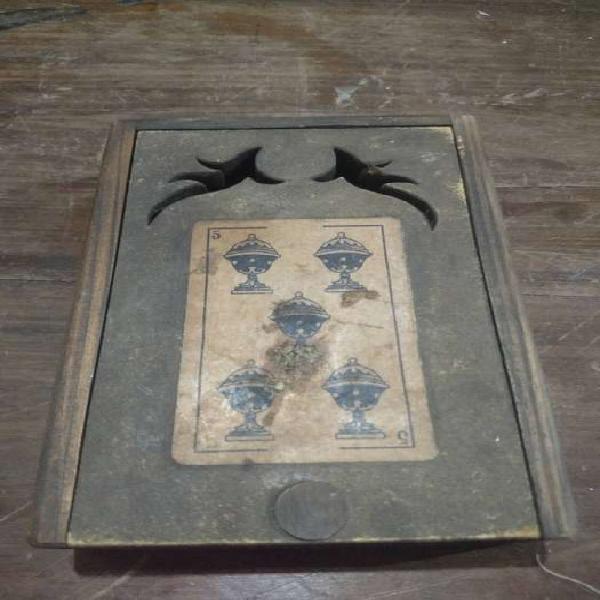 Caja de madera de naipes antigua.