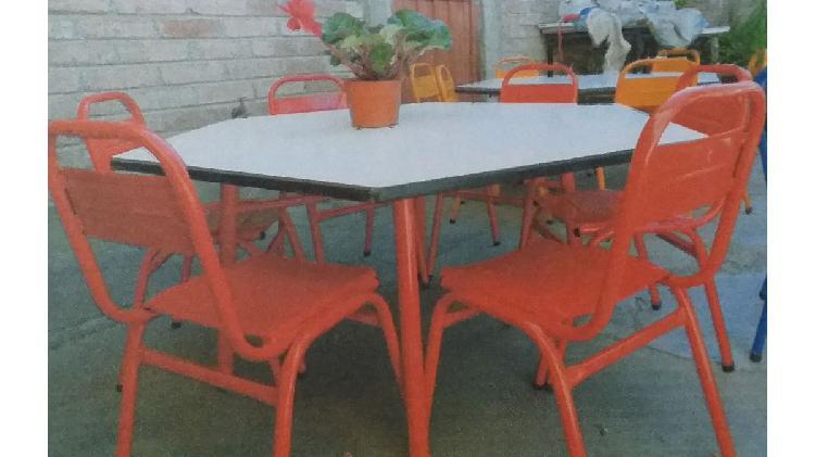 Mesa y sillitas para niños.