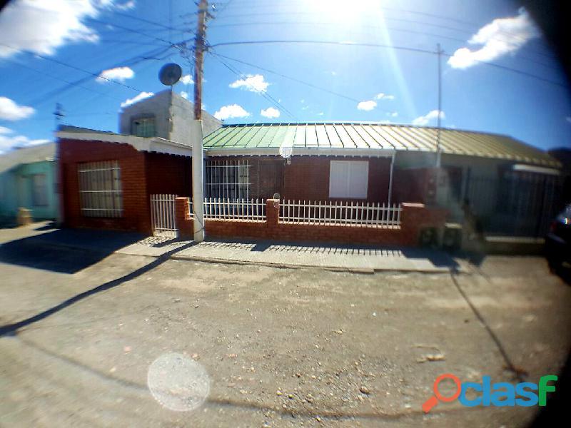 Dueño vende casa de cuatro dormitorios.