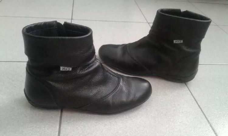 Botas de cuero negras.