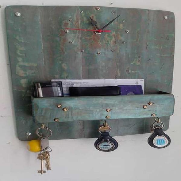 Reloj de pared madera recuperada con porta papeles y llaves