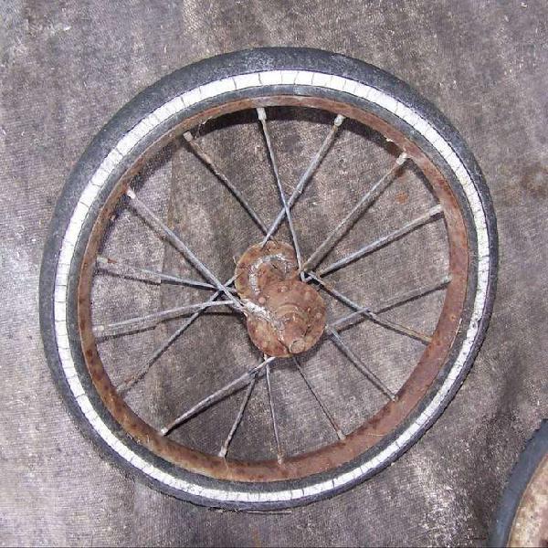 Antigua rueda triciclo de chapa 27cm