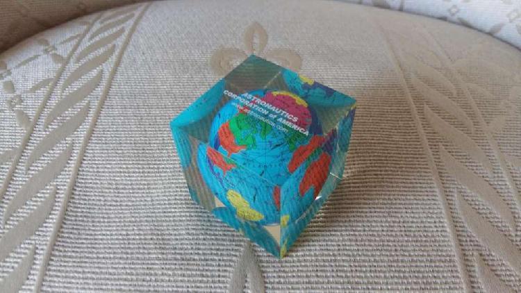 Cubo pisapapeles de acrilico con globo terraqueo