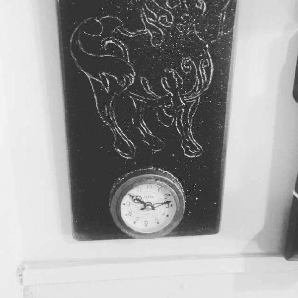 Reloj artesanal en madera tallada pintada y barnizada