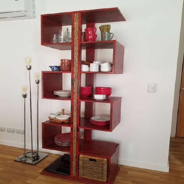 Mueble hindú rojo patinado con detalles en soga.