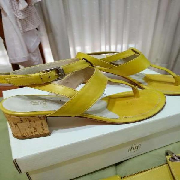 Sandalias y cartera de cuero blaque