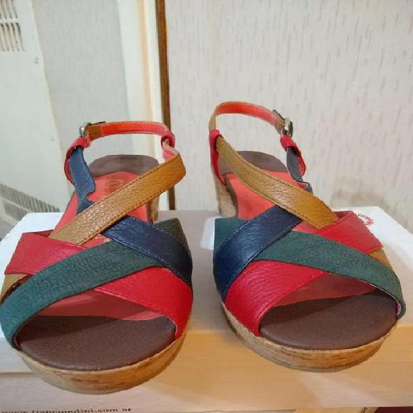 Sandalias de cuero y taco chino