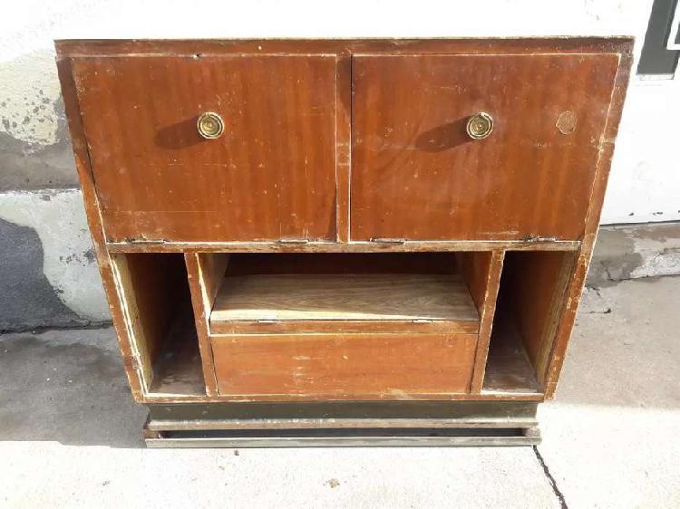 Mueble antiguo con base de hierro y ruedas macizas