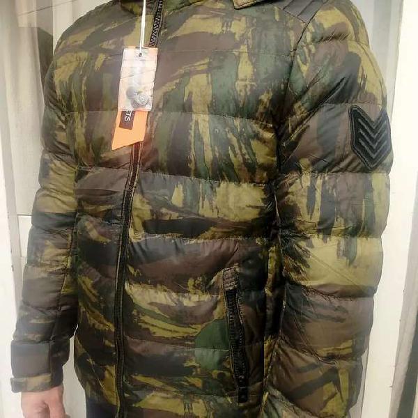 Campera inflada camuflada con capucha desmontable