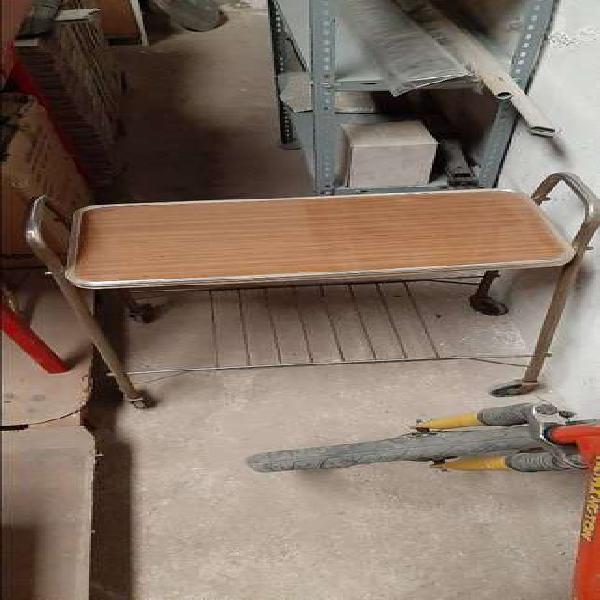 Mesa ratona con dos estantes y 4 ruedas. 1000 pesos