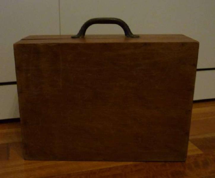 Caja de madera antigua para herramientas con traba y manija