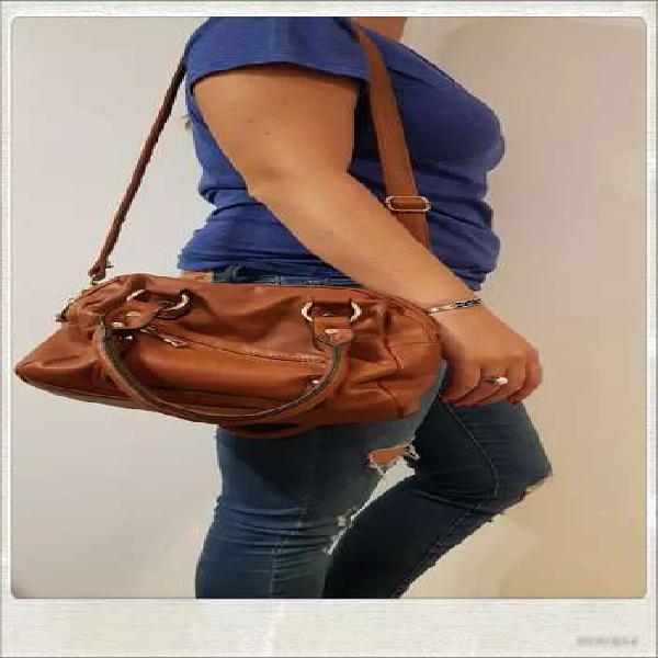Cartera color marrón- muy linda