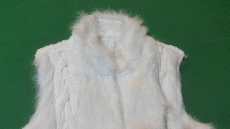 Chalecos lana y piel. blanco. negro.