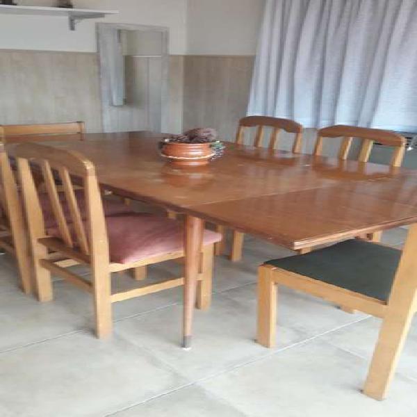 Mesa de madera extensible y 7 sillas