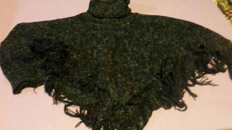 Ponchito de lana cuello alto. negro.