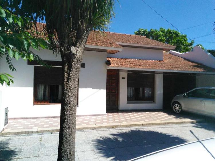 Casa 3 ambientes + depto 2 ambientes con jardín. z/parque