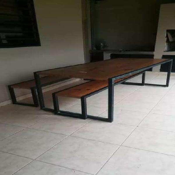Muebles de hierro y madera.