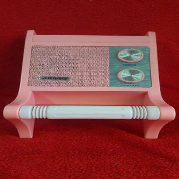Antigua radio am porta rollo papel higiénico