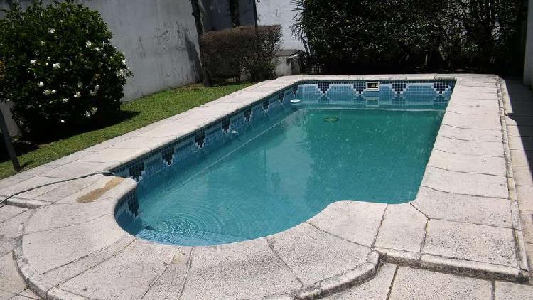 Casa sobre lote propio. 5 amb y piscina, quincho, fondo