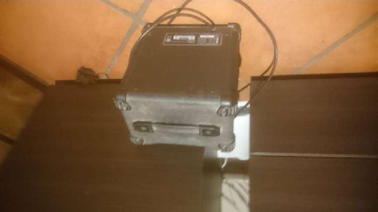 Guitarra electrica y amplificador.