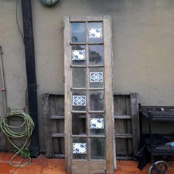Antigua puerta madera vidrio repartido